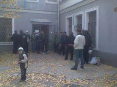 File dattente devant un centre de distribution de méthadone, en Ukraine