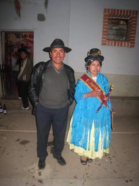 Edgar con alguien en el pueblo durante un festival