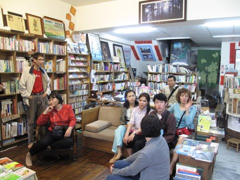 Nomad Green members visiting Hung-Ya Bookstore in Jia-Yi. Image By Portnoy. CC BY