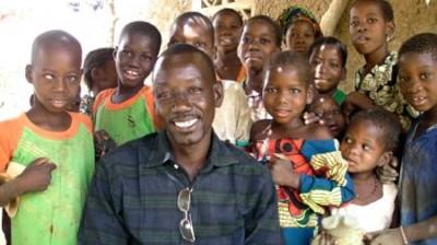بوكارى برفقه طلاب من سيغو بواسطة الأصوات الصاعدة