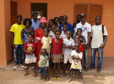 Crianças e animadores da AMIC no bairro de Enterramento