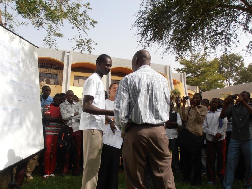 Rémise de l'attestation de 6 mois de Formation à l'étudiant ADAMA SALOU Abdoul Razak