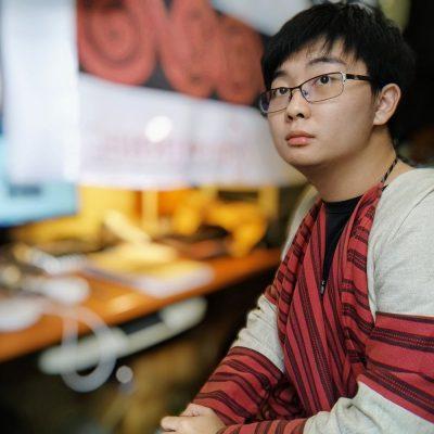 Portrait de Walis Taywang face à son bureau.