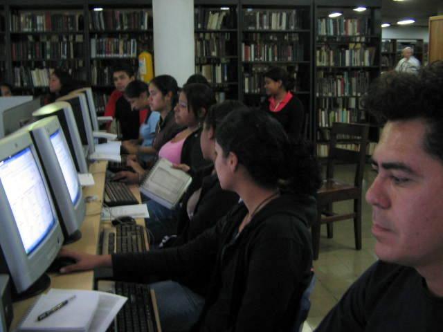 Participantes del taller en la Biblioteca Pública Piloto