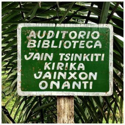 Letrero bilingüe en Yarinacocha, Ucayali.